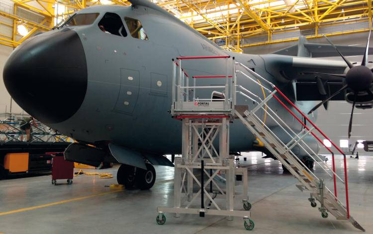 Access and maintenance equipment for aircraft