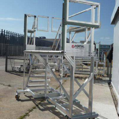 Stepladder for light helicopter maintenance