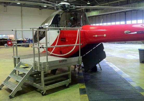Mobile aluminum stepladder for the maintenance of helicopters