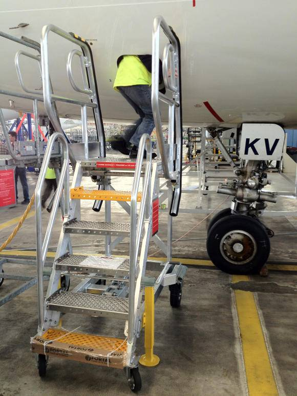 Technical runway stepladder for cargo bay access