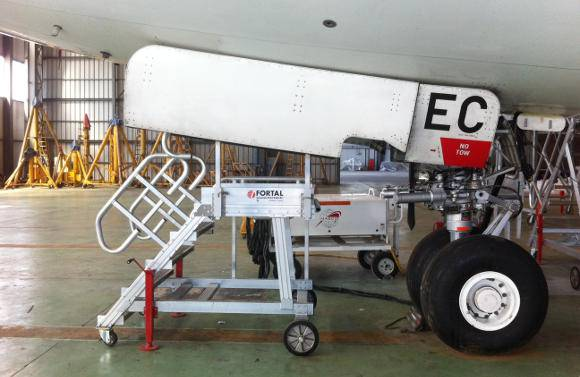 Technical and workshop runway stepladders
