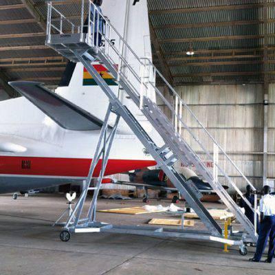 Escabeau tractable avec plateforme télescopique pour avion