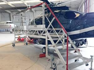 Photo représentant la plateforme de maintenance en position à coté de l'hélicoptère MD902