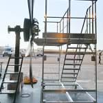 Photo de la plateforme mobile de maintenance vue de derrière avec l'hélice d'ATR à côté