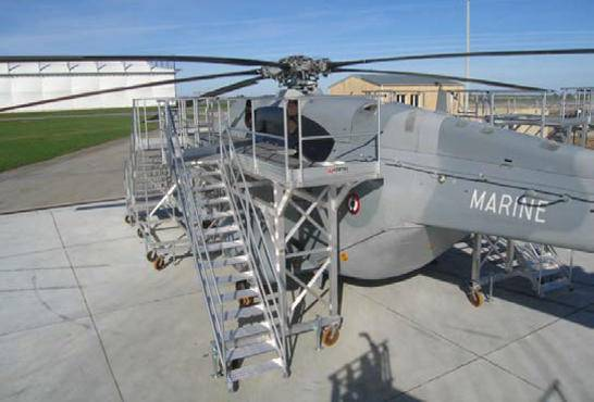 Platforms for access and maintenance operations on Super Frelon helicopter