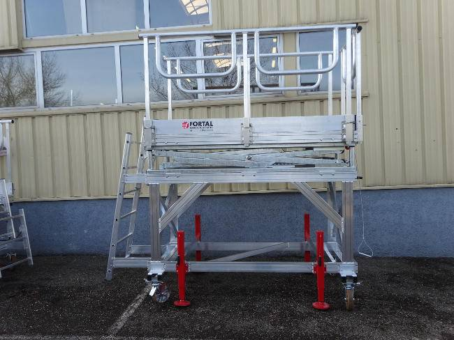 Height adjustable platform for maintenance operations for Airbus and Boeing
